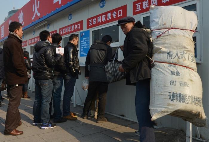 В очереди за покупкой билетов. 26 января 2013 года, Пекин.  Фото: MARK RALSTON/AFP/Getty Images
