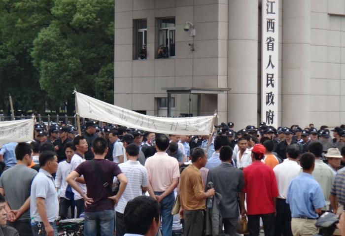 Сотни жителей Цзянси провели акцию протеста. Фото: epochtimes.com