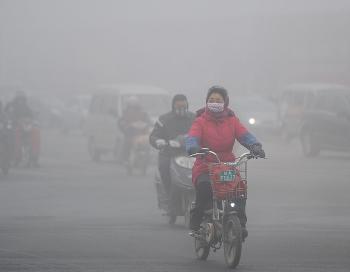 По исследованиям Массачусетского технологического института, загрязнение атмосферы на материковом Китае привело в 2005 году к экономическим потерям в размере 12 млрд долларов, которые в 1975 году составляли более 22 млрд долларов. Фото: AFP