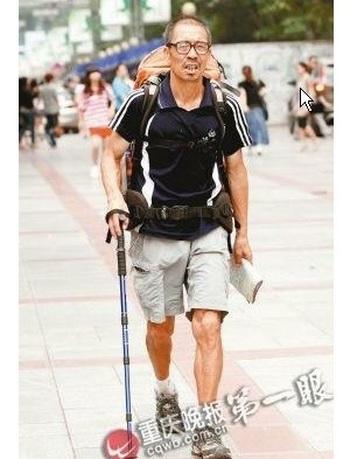 Седой накачанный 60-лений Цзинь Шимин идёт по площади Санься в районе Шапинба города Чунцина. Фото: epochtimes.com