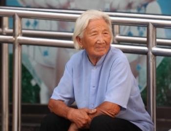В Китае старение и политика «одна семья – один ребёнок» порождают «демографическое цунами». Фото: TR/AFP/Getty Images