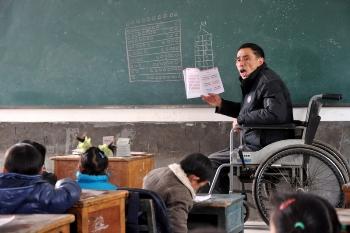 Ли Юймин, инвалид на коляске, работает учителем в сельской школе в Цзянси, восточной провинции Китая, почти 10 лет. Фото с epochtimes.com