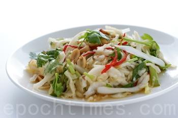 Рецепт приготовления салата из пекинской капусты очень прост и не займет много времени. Фото: Байи ЦЗЯН/Великая Эпоха (The Epoch Times)