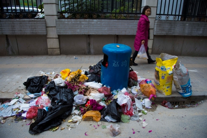 Из-за забастовки дворников в районе Ливань были переполнены до отказа мусорные контейнеры, мусор был разбросан на улицах. Фото с epochtimes.com