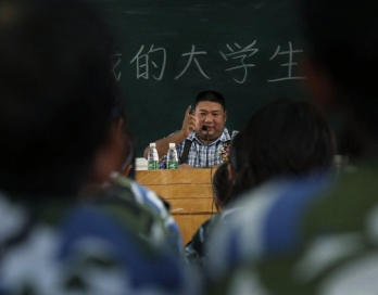Внук Мао Цзэдуна Мао Синюй был приглашен в качестве профессора в Гуанчжоуский университет на факультет права и политики. Фото с epochtimes.com
