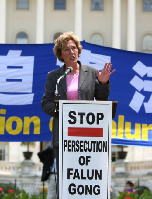 Сюзанна Шольте, президент некоммерческого фонда «Форум защиты», выступает с речью перед Конгрессом. Фото: Лиза Фань/Великая Эпоха