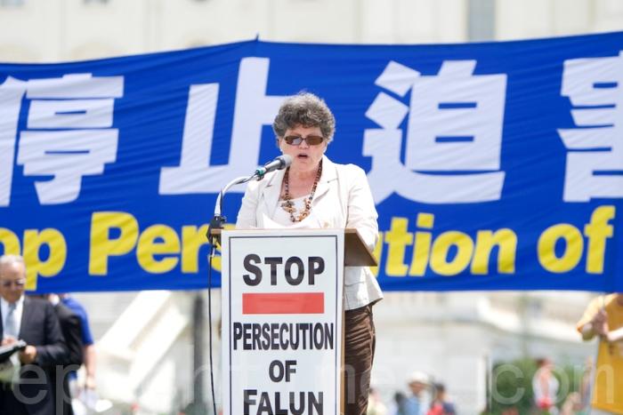 12 июля 2012 года. В Вашингтоне перед Конгрессом США последователи Фалуньгун провели митинг, призывающий к освобождению от компартии Китая, остановить преследование Фалуньгун, а также в поддержку 120 миллионов китайцев, заявивших о выходе из КПК. Фэйт Макдоннелл выступает на митинге. Фото: Ма Ючжи/Великая Эпоха