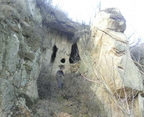 Снаружи перед пещерой расположена скала, напоминающая по форме лицо человека. Фото: epochtimes.com