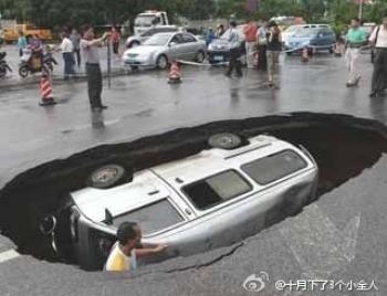 В июне прошлого года в южной провинции Гуанси яма проглотила фургон. Фото с weibo.com
