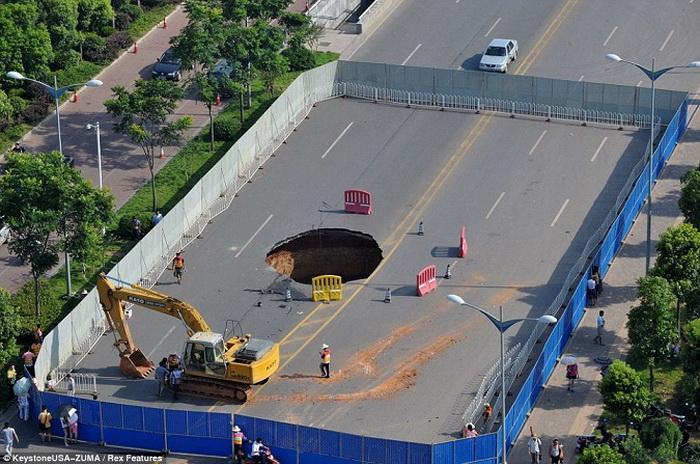 В Китае провал на дороге поглотил автомобиль вместе с водителем. Фото: kanzhongguo.com