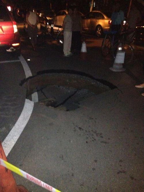 5 августа 2012 года, Пекин. Район Фэнтай, недалеко от парка «Ихай» на дороге внезапно образовалась яма. По словам очевидцев, глубина ямы более чем один метр. Фото: kanzhongguo.com