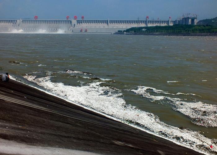 В Китае масса мусора плавает вблизи водосбросной плотины Санься. Фото: kanzhongguo.com