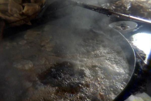 В Шэньчжэне в подпольном цехе из скважины берут грязную воду для изготовления пампушек (хлебцы, приготовленные на пару). Фото с epochtimes.com