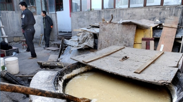 Для увеличения веса грибов в подпольном цехе используют крахмал и специальные добавки. Фото с epochtimes.com