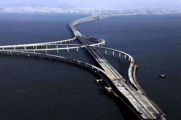 Циндао Bay Bridge (самый длинный в мире мост) построен в 7-миллионом городе Циндао. Стоимость моста составляет 14,8 млрд юаней, общая длина – 41,58 км, длина тоннеля – 7,8 километра, части, проходящей через море, – 4 км. На его строительство ушло почти четыре года. Однако пропускная способность моста гораздо ниже ожидаемой. Фото с epochtimes.com