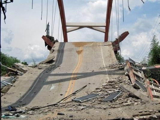 14 июля 2011 года в городе Уишань китайской провинции Фуцзянь рухнул мост во время передвижения по нему туристического автобуса с пассажирами.  В результате аварии водитель скончался на месте, 22 человека получили ранения. Фото с epochtimes.com