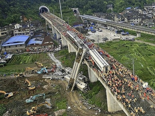 Вечером 23 июля 2011 года произошло столкновение двух высокоскоростных поездов в Вэньчжоу провинции Чжэцзян, четыре вагона упали с виадука. В результате аварии 40 человек погибли и около 200 получили ранения. Фото с epochtimes.com