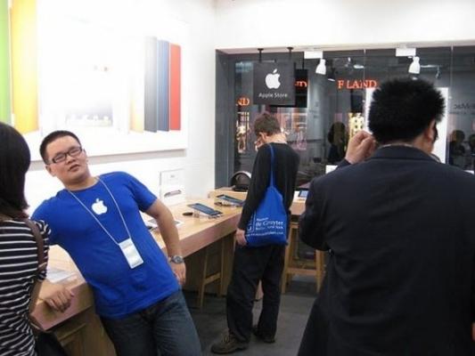 В городе Куньмин провинции Юньнань обнаружили поддельный магазин Apple Store, в котором был полностью скопирован интерьер и оборудование официальных магазинов Apple Store, тем не менее, продукция в магазине была полностью поддельная. Фото с epochtimes.com