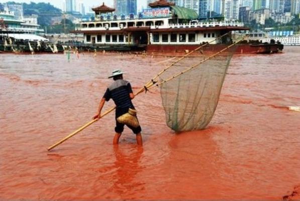 6 сентября 2012 года вода в реке Янцзы в районе причала Чатяньмэнь была очень насыщенного красного цвета. Фото с epochtimes.com
