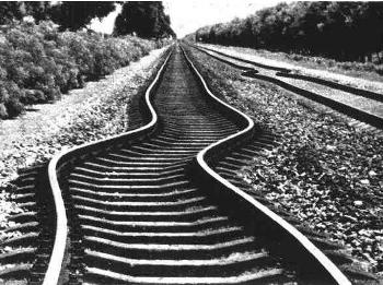 В 1996 году правительство города Яньчэн провинции Цзянсу ввело обязательные вычеты из зарплаты у рабочих граждан на строительство новой железной дороги. В итоге «позаимствовали» у народа 1,1 млрд юаней. Фото: epochtimes.com