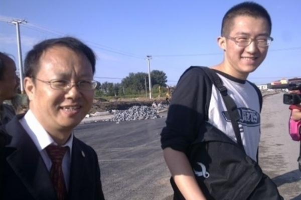 Адвокат Лю Сяоюань и Ци Цзяньсян, сын Ван Лихун. Фото с epochtimes.com