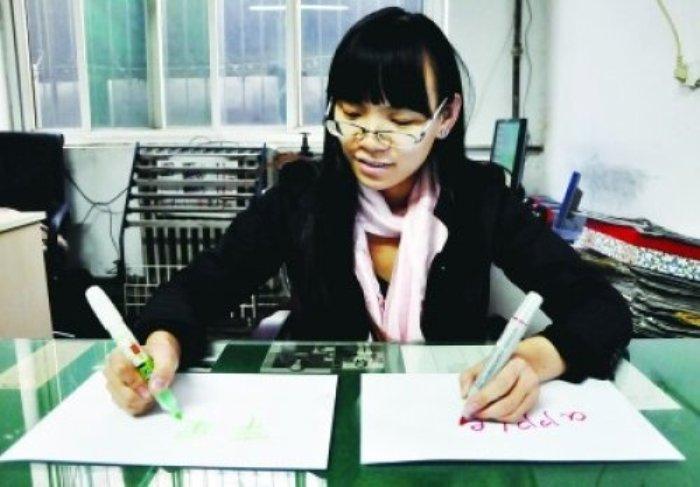 Чэнь Сыюань одновременно пишет слово «яблоко» правой рукой на китайской языке, а левой – на английском. Фото: secretchina.com
