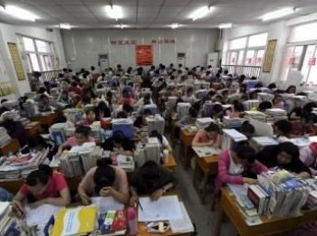 Город Хэфэй провинции Аньхой. Студенты в аудитории готовятся к экзаменам. Фото: Reuters