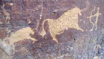Наскальные рисунки с изображением людей и животных впервые обнаружены в Синьцзяне. Фото: epochtimes.com