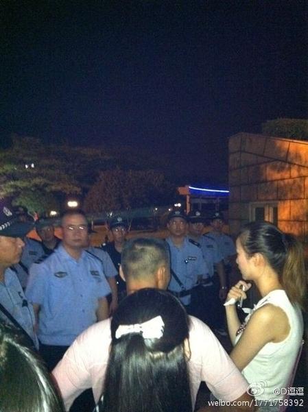 Полиция разогнала акцию  поминовения погибших в железнодорожной катастрофе. Город Вэньчжоу. Июль 2011 год. Фото с epochtimes.com
