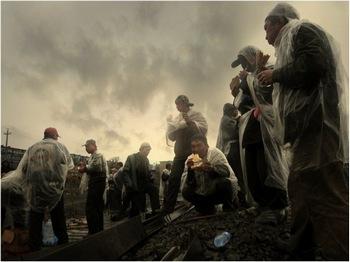 Бесправные низкооплачиваемые китайские рабочие-мигранты из сельской местности являются основной движущей силой экономического развития КНР. Фото: Чен Шаохуа