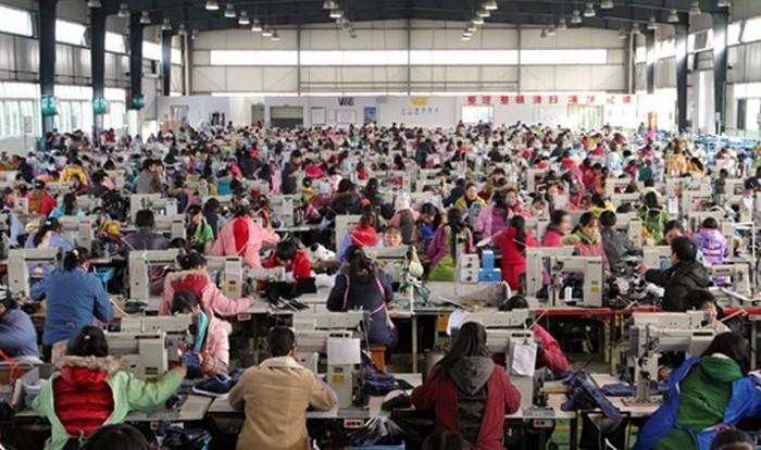 Многочисленные китайские рабочие всё ещё денно и нощно на сборочных линиях создают известную во всём мире продукцию марки «Сделано в Китае». Фото с epochtimes.com