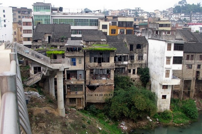 В китайских городах всё ещё есть множество вот таких трущоб со старыми полуразвалившимися домами. Фото с epochtimes.com