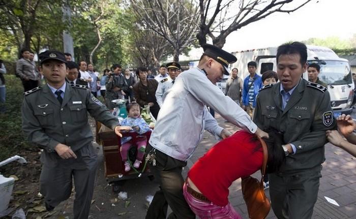 Городские контролёры всё более жестоко расправляются с людьми прямо на улице. Народ уже испытывает к ним такое же отвращение, как к крысам. Фото с epochtimes.com