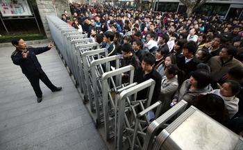 Китайцы толпятся в очереди на экзамен на должность государственного служащего. По всей стране 1,03 миллиона человек боролись за 16 тысяч рабочих мест в госаппарате. Город Нанкин. 2011 год. Фото с epochtimes.com