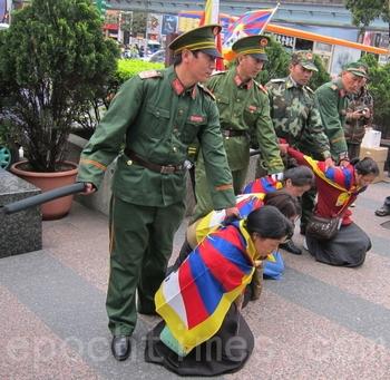 Инсценировка репрессивных действий полиции КНР по отношению к тибетцам. Тайвань. Март 2012 год. Фото: The Epoch Times