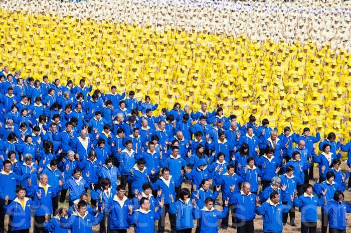 Тысячи последователей Фалуньгун выполняют упражнения. Город Тайнань, Тайвань. Ноябрь 2013 года. Фото: The Epoch Times