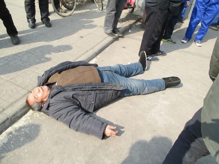 Крестьянин, пострадавший от рук охранников завода во время акции протеста. Провинция Хэбэй. Февраль 2014 года. Фото с epochtimes.com