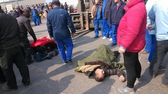 Крестьяне, пострадавшие от рук охранников завода во время акции протеста. Провинция Хэбэй. Февраль 2014 года. Фото с epochtimes.com