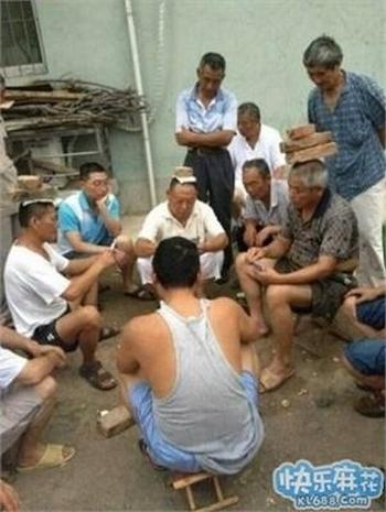 Они играют в карты, держа на голове кирпичи. Китайцы называют их «гаошоу» — большие мастера. Фото с epochtimes.com