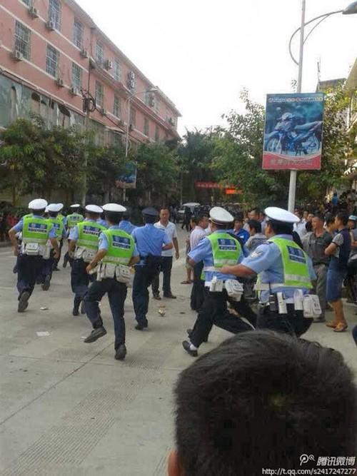 Фотографии с места событий. Посёлок Мэнлун. Октябрь 2013 года. Фото с epochtimes.com