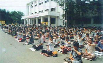 Жители одного из районов города Харбина выполняют упражнения Фалуньгун до начала кампании репрессий со стороны режима. Фото: minghui.org