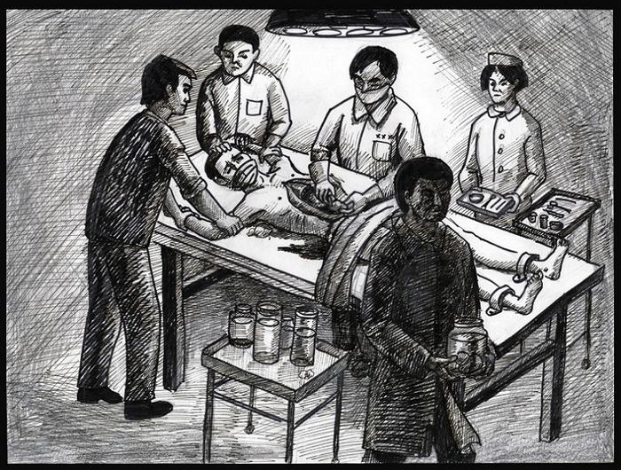 Инсценировка насильственного извлечения органов у живых людей в Китае с призывом пресечь эти преступления. Город Калгари, Канада. 2012 год. Фото: The Epoch Times