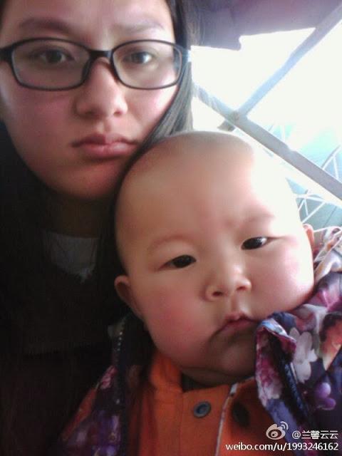 Чжан Хуэйсинь, дочь арестованного пастора со своим сыном. Ноябрь 2013 года. Фото с epochtimes.com