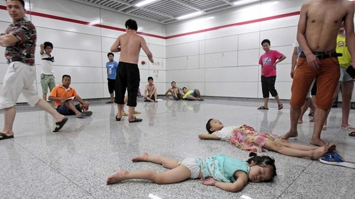 Китайцы спасаются от жары. Метро города Ханчжоу. Июль 2013 года. Фото с epochtimes.com