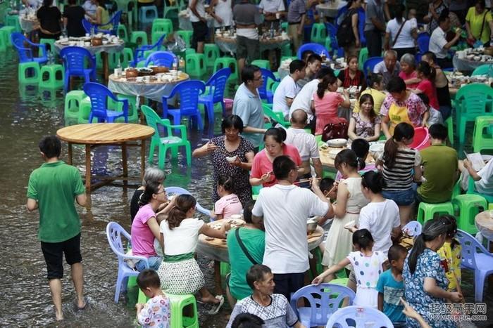 Китайцы спасаются от жары. Город Чунцин. Июль 2013 года. Фото с epochtimes.com
