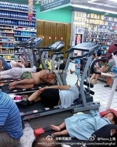 Китайцы спасаются от жары. Супермаркет с кондиционером в Шанхае. Июль 2013 года. Фото с epochtimes.com