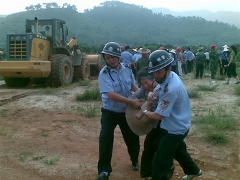 Полиция хватает крестьян, протестующих против отъёма земли чиновниками. Фото с epochtimes.com