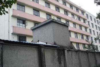 Центр обучения законам в уезде Синьцзинь провинции Сычуань. Через него прошло более тысячи сторонников Фалуньгун, минимум четверо из них умерли от пыток, трое сошли с ума. Фото с minghui.org