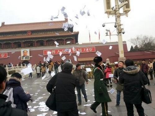 Петиционеры разбрасывают листовки на пекинской площади Тяньаньмэнь. Январь 2014 года. Фото с epochtimes.com