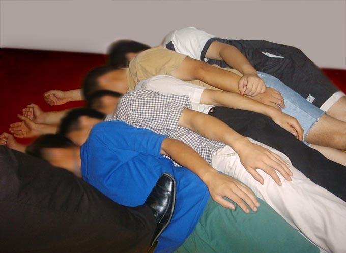 Инсценировка пытки «укладывание макрелещук». Фото: minghui.org